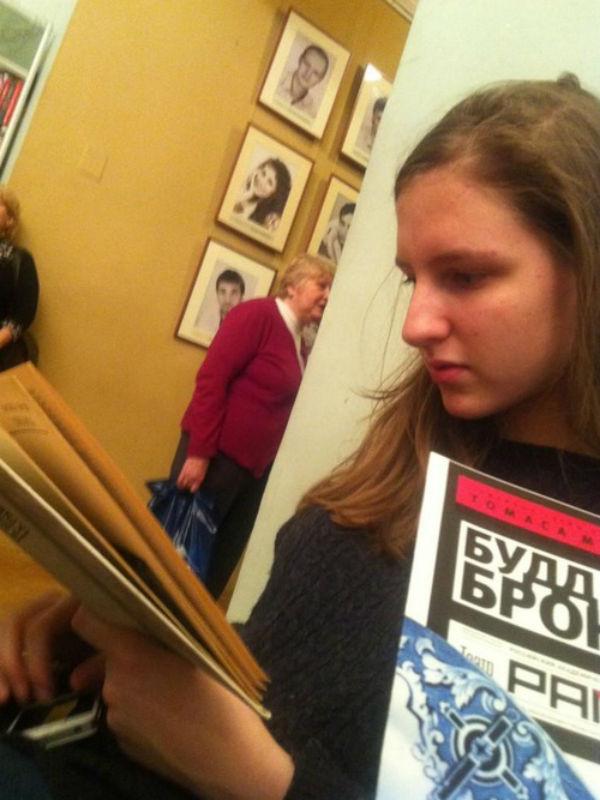 Даже перед началом спектакля в театре, куда Полина пришла с папой, девочка продолжает читать книгу