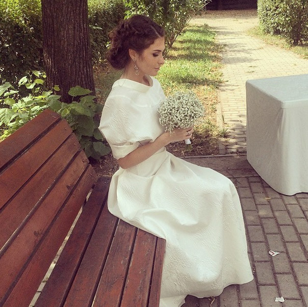 Образ невесты дополнил возбушный букетик из гибсофил от Виктории Крутой