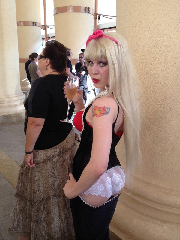 Звезда стриптиза Карина Барби эпатировала публику откровенным нарядом