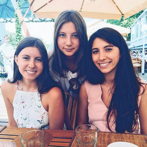 Старшая дочь Валерия Меладзе Инга (справа) учится на экономиста в Лиссабоне, Софья же (слева) решила получить высшее образование в Москве. Они часто помогают младшей сестре Арине (в центре) с домашними заданиями