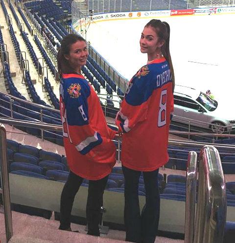 Анастасия Шубская и Варвара Амосова поддерживают мужчин с трибун