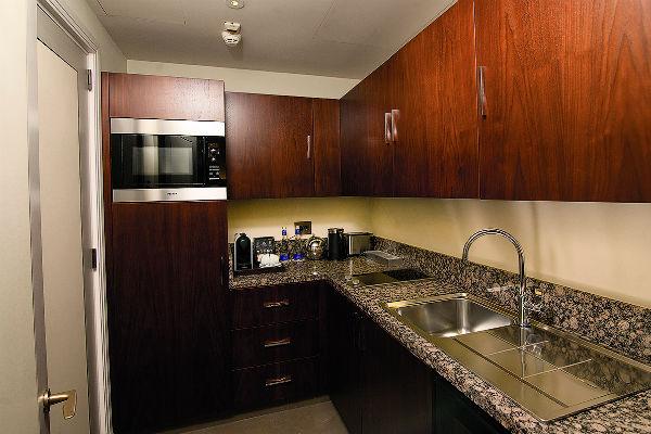 На кухне телеведущая делает себе только кофе. Поесть можно в ресторане на первом этаже дома
