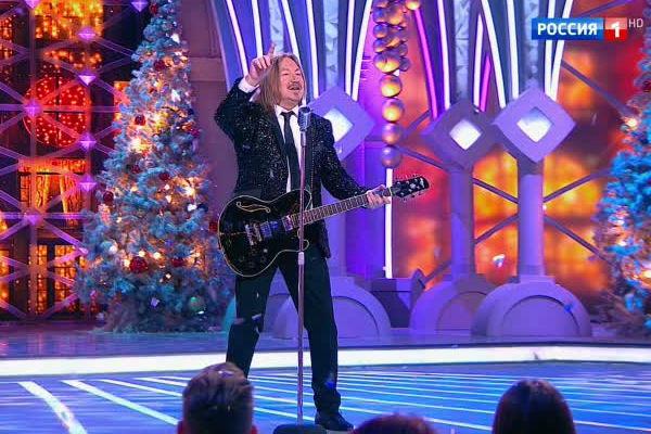 Артисты исполняет свои хиты или композиции, так или иначе связанные с праздником