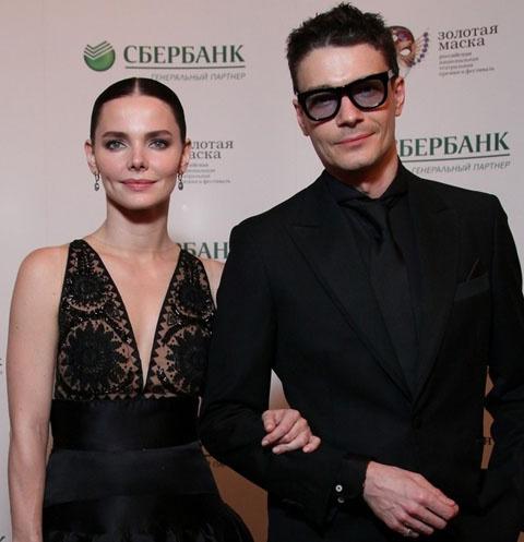 Лиза Боярская сверкнула декольте на театральной премии