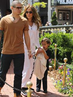 Дженнифер Лопес наслаждается отдыхом с детьми и Каспером Смартом