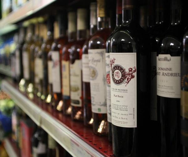 Уже через две недели каждый желающий сможет приобрести вино от Джоли и Питта в обычных супермаркетах