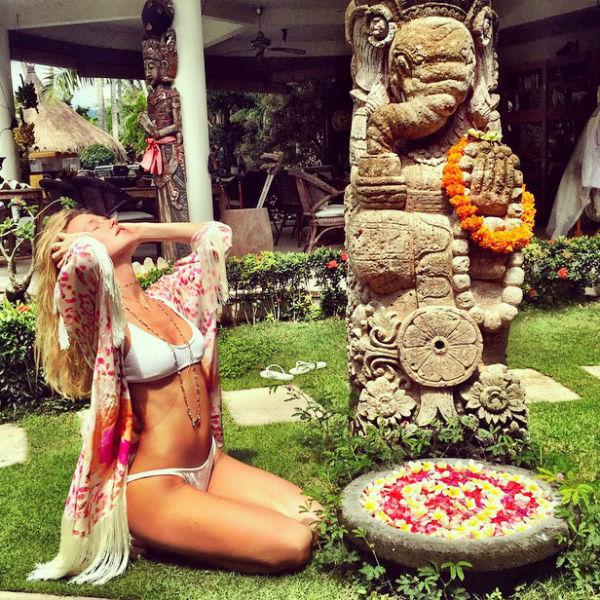 На райском острове певица устраивает себе особые процедуры по уходу за телом