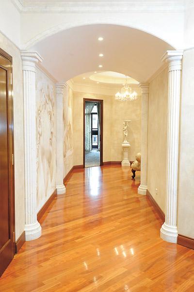 Юлия добавила в интерьер квартиры колонны. А вместо обоев стены украшают росписи художника