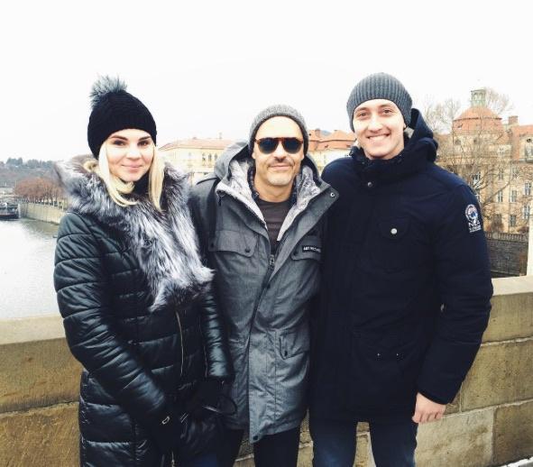 Молодая пара из Новосибриска с Федором Бондарчуком в центре Праги