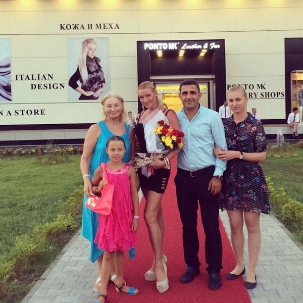 Анастасия Волочкова с мамой, дочкой и знакомыми на фоне любимого ТЦ балерины в Турции.