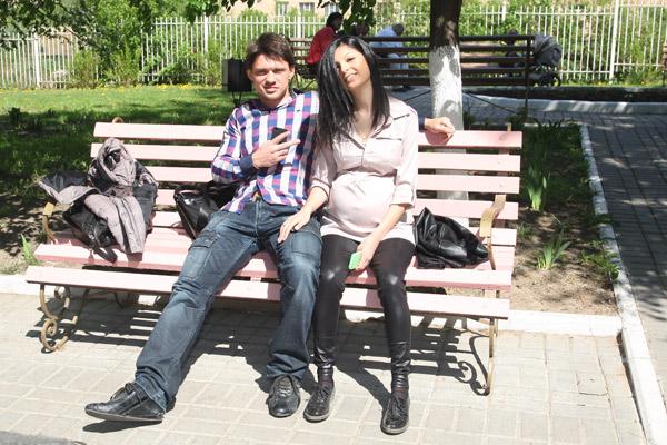 В ожидании Алианы Кабановы присели на скамейку у роддома