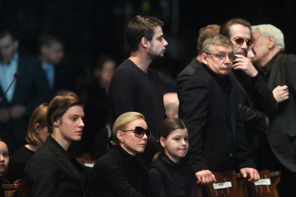 Марина Зудина с детьми Павлом и Машей, Антон Табаков с сыном Никитой и Владимир Машков на церемонии прощания с мэтром