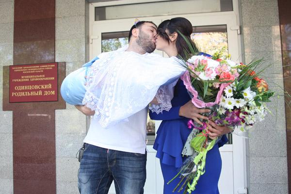 Помимо страстного поцелуя, Алиана получит от мужа квартиру
