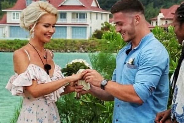 Пара сыграла свадьбу на острове