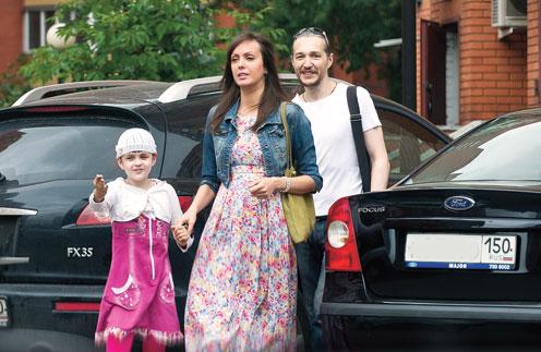 Нелли, ее новый муж Антон и дочь Женя живут в Люберцах в квартире, которую когда-то купил Барыкин