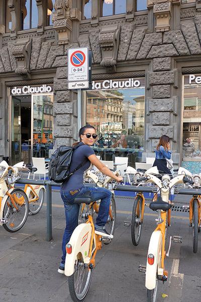 ...а в Милане, куда пара прилетела всего на один день, взяли напрокат велосипеды