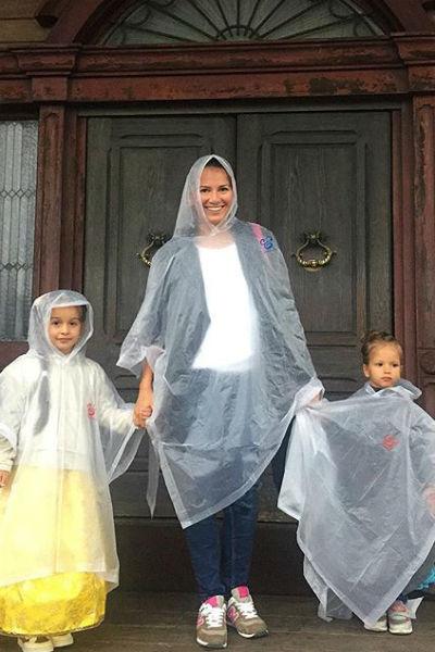 Карина с девочками сделала фото на память на пороге Дома Ужасов