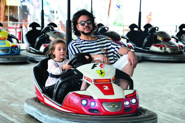 Алла-Виктория быстро научилась водить машинку