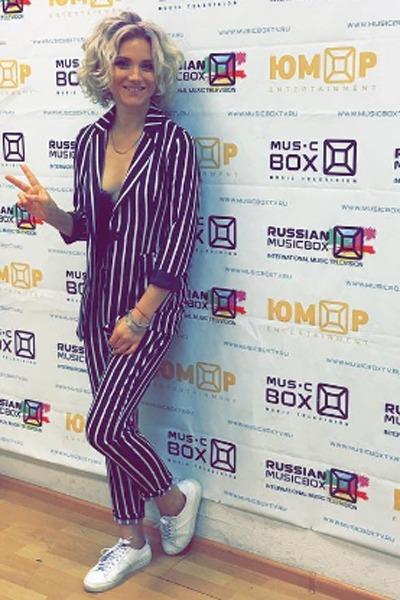 Ирина Тонева носит костюм с удобными кроссовками