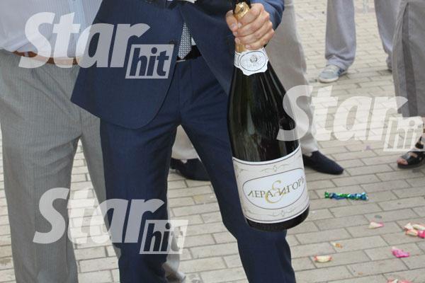 На бутылке шампанского красовался вензель «Лера&Игорь» - такой же, как на приглашениях на свадьбу