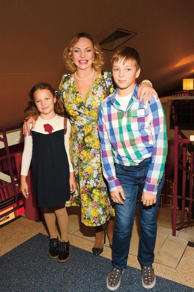 Алла Довлатова вместе с дочкой Сашей и сыном Павлом