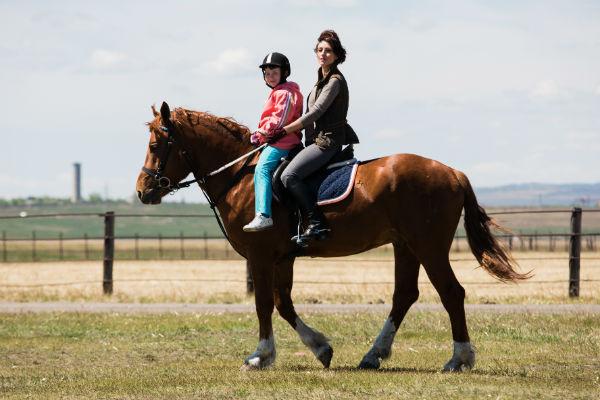 Актриса катала детишек по очереди. Сначала лошадь шла неспешным шагом, а потом Настя «разогнала» ее и проехала с Иришкой рысью