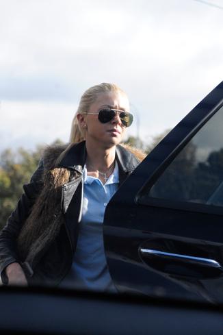 В институте Аня не расстается с любимым аксессуаром - солнечными очками
