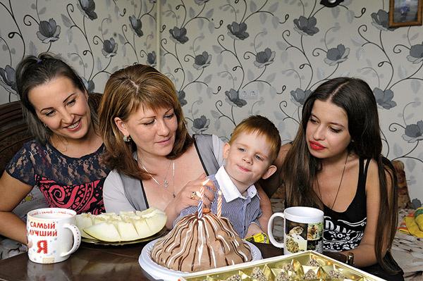 Жене Пугачеву 6 сентября исполнилось 3 года. На фото: подруга семьи Ира, Вика Пугачева, Женя и Ольга Родина (крестная и обозреватель «СтарХита»)