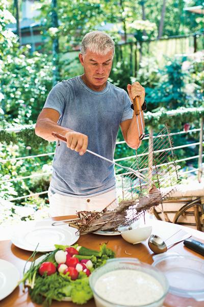 Газманов сначала замачивает мясо в тане, затем обжаривает с каждой стороны по 4 минуты, при этом не солит
