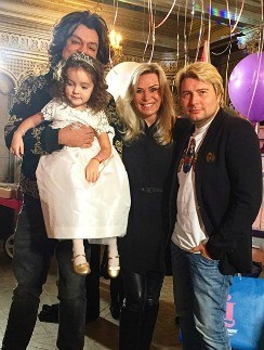 Филипп Киркоров с дочкой и гостями