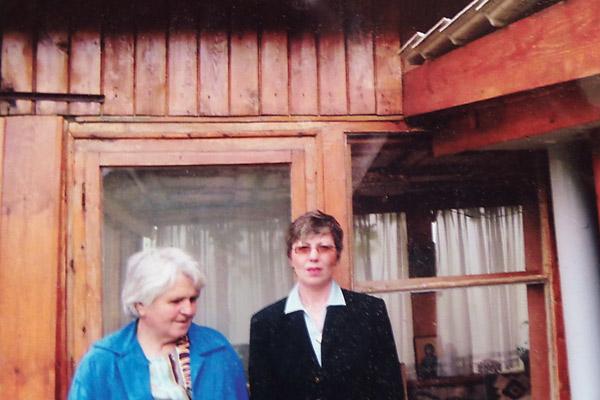Венета Шарова (на фото снизу, слева) привела Ванию в дом знаменитой ясновидящей