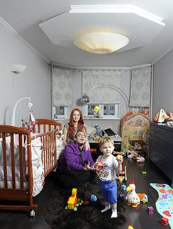 В детской моющиеся обои, чтобы ребенок смог на них рисовать. На фото Ирина Забияка с мужем Вячеславом Бойковым и сыном Матвеем