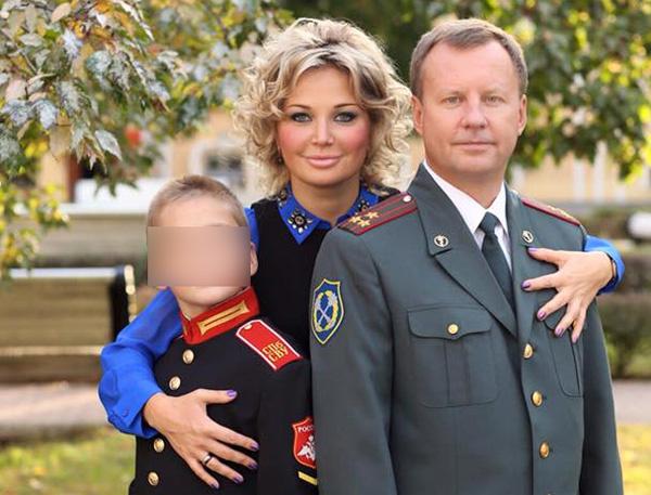 Мария Максакова и Денис Вороненков с сыном певицы от прежних отношений