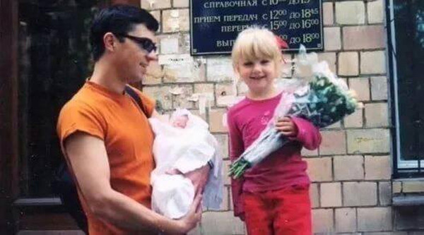 Сергей Бодров забирает сына из роддома