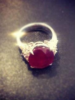Такое кольцо телеведущая получила вчера