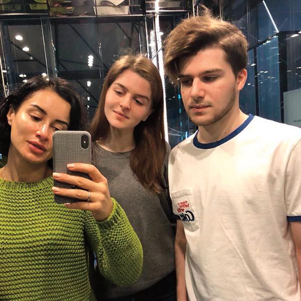 Тина воспитывает 18-летнюю дочь Меланию и 17-летнего сына Леонтия