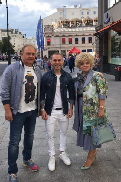 Надежда Кадышева с мужем (слева) и стилистом (по середине)