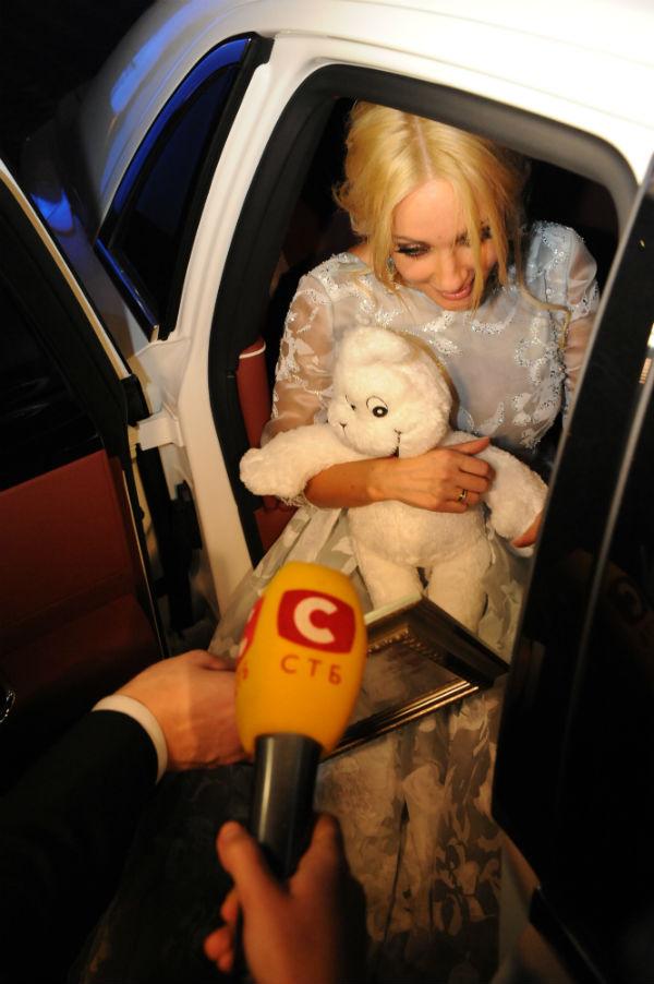 Лера села в машину в обнимку с мягкой игрушкой