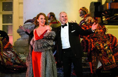 Валерий Меладзе с женой Альбиной Джанабаевой у Большого театра