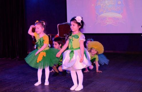 Дебют самых маленьких учеников Аллы Борисовны. На переднем плане Стефания и Сабина
