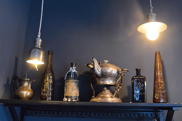 Консоль ХIХ века Ильяшенко купила на блошином рынке в Антибе. Оттуда же старинные бутылки и столетняя бульотка