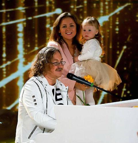 Игорь Николаев с женой и дочкой