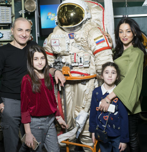 Михаил Турецкий с дочками Эммануэль, Беатой и супругой Лианой отправился на экскурсию в Звездный городок