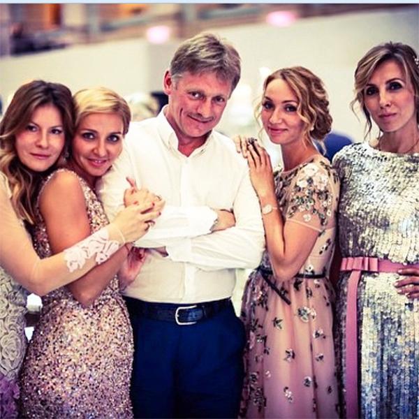 Татьяна Навка и Дмитрий Песков в окружении знакомых на свадьбе дочери Валентина Юдашкина Галины
