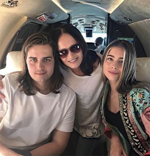 София Ротару с внуками в самолете, направляющимся на Сардинию