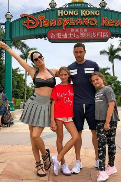 Футболист с женой и дочерьми