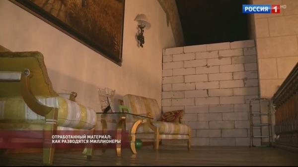 Предприниматель разделил особняк бетонной стеной