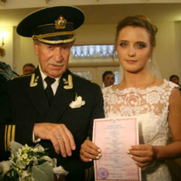 Невеста была в белом платье, а жених — в военном мундире.