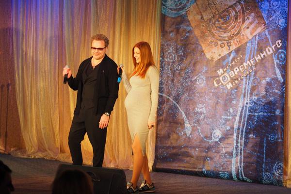 Затем Наташа поднялась на сцену, чтобы исполнить с мужем дуэт