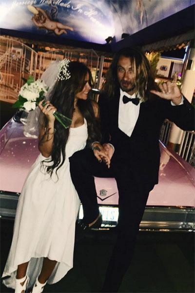 «Мы смеялись без остановки, будто все вокруг существовало лишь для нас двоих, и все хотели нас рассмешить», - продолжила рассказ о свадьбе Айза Долматова
